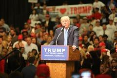 ANAHEIM KALIFORNIEN, Maj 25, 2016: Tusentals supportrar, vågtecknet och visar deras service för presidentkandidaten Donald J Royaltyfri Fotografi
