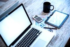 Analítica do negócio com um PC da tabuleta e um portátil Foto de Stock