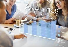A analítica dos dados em linha examina o conceito do feedback imagem de stock