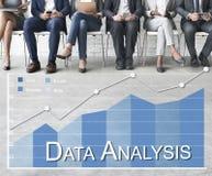 A analítica dos dados em linha examina o conceito do feedback imagens de stock