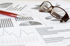 Analítica, gráficos e cartas do negócio Um desenho esquemático no pa imagem de stock royalty free