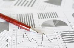 Analítica, gráficos e cartas do negócio Um desenho esquemático no papel imagem de stock