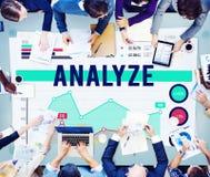 Analice el concepto del márketing de negocio de la estrategia de análisis foto de archivo libre de regalías