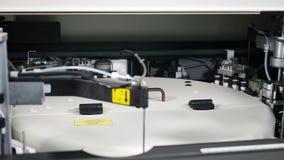 Analisador clínico da química de sangue no trabalho Processo automatizado de pesquisa biológica das amostras no analisador da bio video estoque