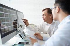 Analisando a bolsa de valores Imagem de Stock