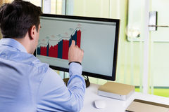Analisando dados financeiros Imagens de Stock Royalty Free