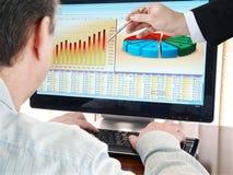 Analisando dados no computador. Fotos de Stock
