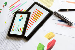Analisando gráficos com a tabuleta Imagem de Stock Royalty Free