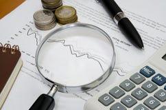 Analisando o balanço/informe anual imagens de stock royalty free
