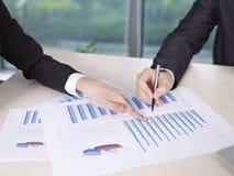 Analisando o desempenho empresarial Fotos de Stock