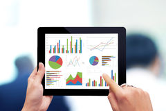 Analisando o gráfico com tabuleta Imagem de Stock Royalty Free
