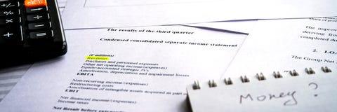 Analisando o relatório comercial com cartas e diagramas Conceito do planeamento empresarial Dados explicando foto de stock royalty free