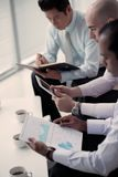 Analisando o relatório financeiro Imagens de Stock