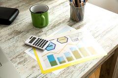 Analisi dei dati di affari con caffè Immagine Stock