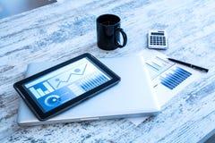 Analisi dei dati di affari con un PC della compressa e un computer portatile immagini stock