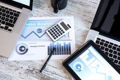 Analisi dei dati di affari nell'ufficio immagini stock libere da diritti