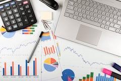 Analisi dei dati - posto di lavoro con i grafici commerciali ed i grafici Immagini Stock