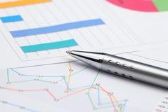 Analisi dei grafici commerciali Fotografia Stock Libera da Diritti