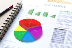 Analisi dei rischi di investimento aziendale con il grafico 3D Fotografia Stock Libera da Diritti