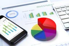 Analisi dei rischi di investimento aziendale sul cellulare immagini stock