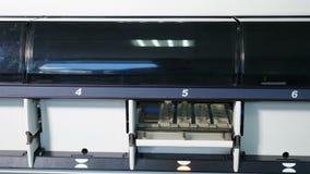 Analisi del laboratorio e macchina di sistema diagnostico Armi del manipolatore robot con i contenitori o le provette con sangue  stock footage