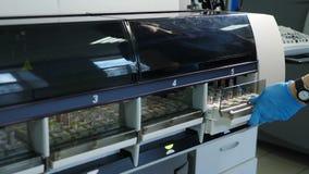 Analisi del laboratorio e macchina di sistema diagnostico Dispositivo robot per prova di chimica dei campioni di sangue Medico au archivi video