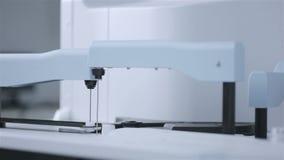 Analisi del laboratorio e sistemi diagnostici robot dei campioni in provette con attrezzatura automatizzata moderna archivi video