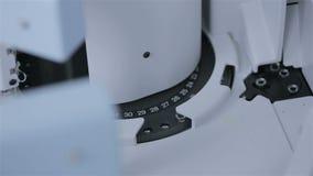 Analisi del laboratorio e sistemi diagnostici robot dei campioni in provette con attrezzatura automatizzata moderna video d archivio
