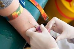 Analisi del sangue che prende il dettaglio dell'ago del campione immagini stock