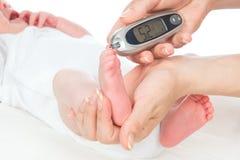 Analisi del sangue dai piedi pazienti del bambino del bambino del diabete immagini stock libere da diritti