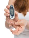 Analisi del sangue livellata di misurazione paziente del glucosio del diabete con glucome immagine stock libera da diritti