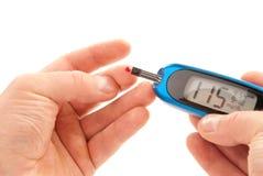 Analisi del sangue livellata facente paziente diabetica del glucosio fotografie stock libere da diritti