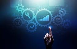 Analisi di Big Data, diagrammi di analisi dei dati di processo aziendale con gli ingranaggi ed icone sullo schermo virtuale fotografia stock libera da diritti