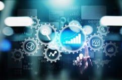Analisi di Big Data, diagrammi di analisi dei dati di processo aziendale con gli ingranaggi ed icone sullo schermo virtuale illustrazione di stock