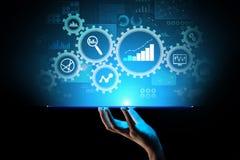 Analisi di Big Data, diagrammi di analisi dei dati di processo aziendale con gli ingranaggi ed icone sullo schermo virtuale immagine stock libera da diritti
