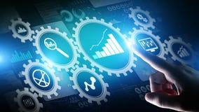 Analisi di Big Data, diagrammi di analisi dei dati di processo aziendale con gli ingranaggi ed icone sullo schermo virtuale fotografie stock libere da diritti