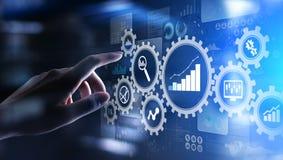 Analisi di Big Data, diagrammi di analisi dei dati di processo aziendale con gli ingranaggi ed icone sullo schermo virtuale fotografia stock