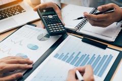 Analisi di discussione di due uomini d'affari che divide insieme i calcoli circa il bilancio della società e pianificazione finan immagini stock libere da diritti
