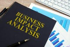 Analisi di impatto di affari BIA su uno scrittorio fotografie stock libere da diritti