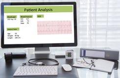 Analisi paziente sullo schermo di computer sul posto di lavoro di medico immagini stock libere da diritti