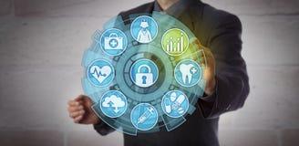 Analista Activating Analytics App dos dados dos cuidados médicos fotos de stock