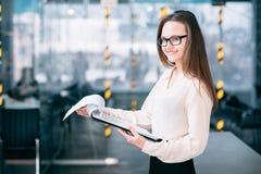 Analista da mulher da taxa de crescimento incorporado da análise de venda foto de stock