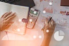 Analista de mercado joven de finanzas que trabaja en la oficina en el ordenador portátil mientras que se sienta en la tabla blanc imágenes de archivo libres de regalías