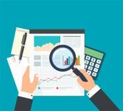 Analista del negocio, análisis de datos financieros Hombre de negocios con el magn Fotografía de archivo