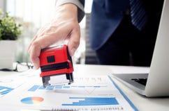 Analista do homem de negócios que trabalha com gráfico, carta e selo fotografia de stock