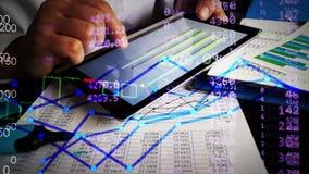 Analista financeiro que trabalha com cartas de negócio e figuras financeiras em linha vídeos de arquivo