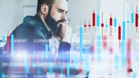 Analisten van de zittingsvoorzijde van de cryprobeurs van computer met technische prijsgrafiek en indicator, rood en groen stock foto