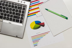 analiza danych blisko palce papieru ołówkowej widok kobiety obraz stock