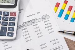 Analiza finanse raport, sprzeda?e, savings poj?cia prowadzenia domu posiadanie klucza z?oty si?gaj?cy niebo zdjęcia royalty free
