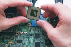 Analiza, instalować procesor w jednostki centralnej nasadce zdjęcia stock